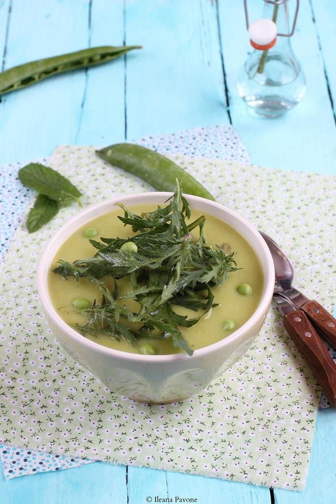 Crema con fave, piselli e foglie di papavero