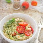 Come preparare l'insalata di quinoa con pomodorini al forno e germogli di lenticchie