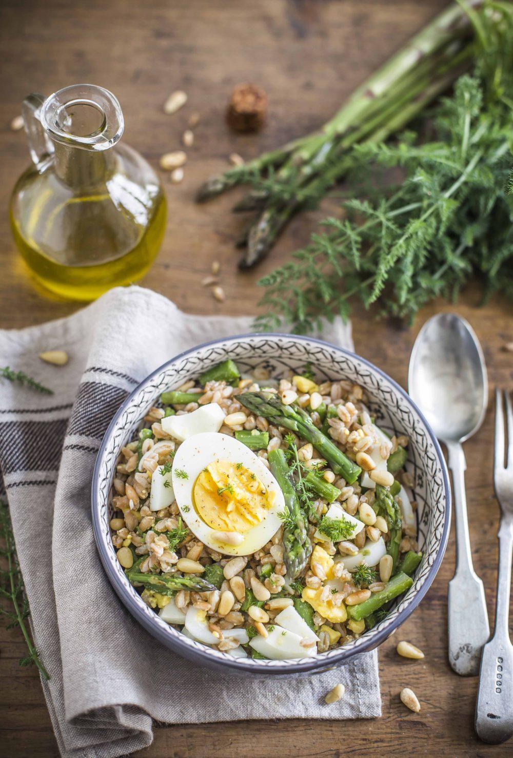 Insalata di farro con asparagi e uova